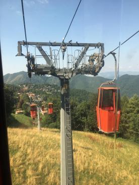 Le cabine e i piloni della Cabinovia del Monte Poieto