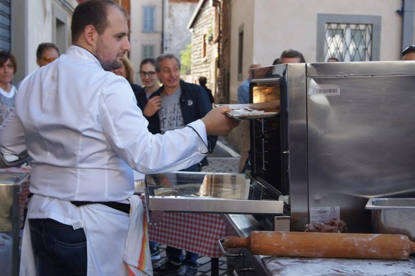 Christian Pani inforna i biscotti durante la dimostrazione