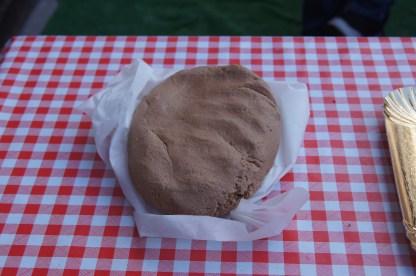 pasta cruda del biscotto di Scanzo appoggiata sul tavolo