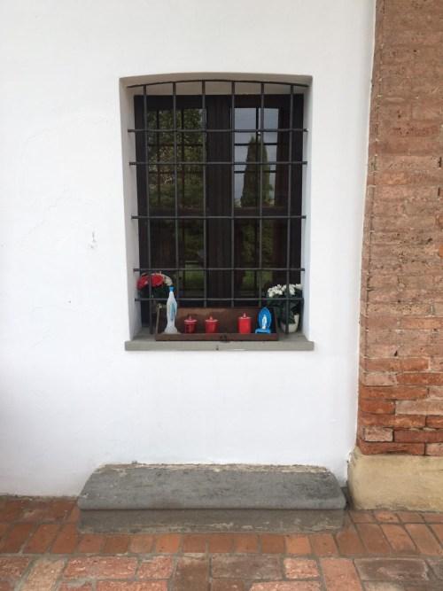 Pietra inginocchiatoio sotto la finestra