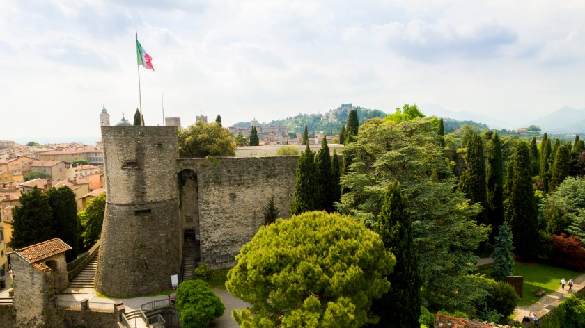 Rocca di Bergamo con Bandiera Italiana.jpg