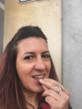 Raffi Garofalo che assaggia il biscotto al Moscato di Scanzo