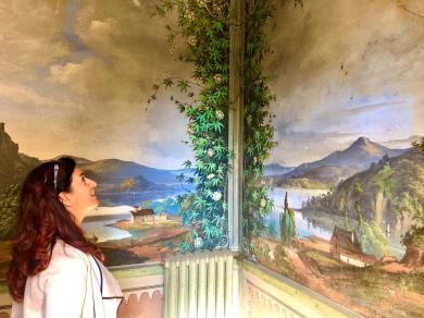 Raffi Garofalo davanti ai trompe d'oil di Villa Astori