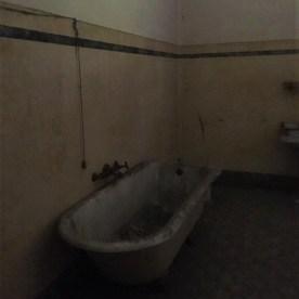 Vasca da bagno in una villa disabitata