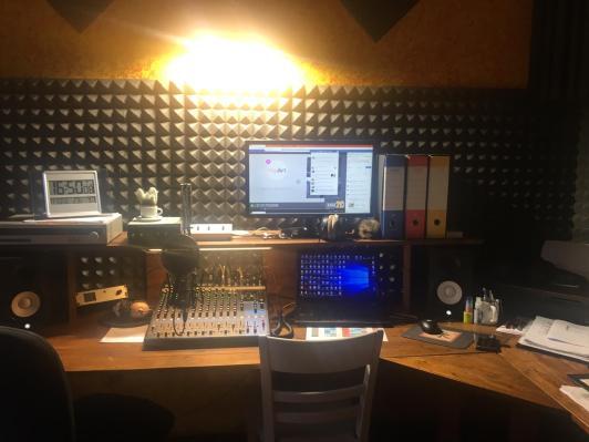 Lo studio di Radio 2.0 Bergamo in aria da dove trasmette Alessandro Stefanoni