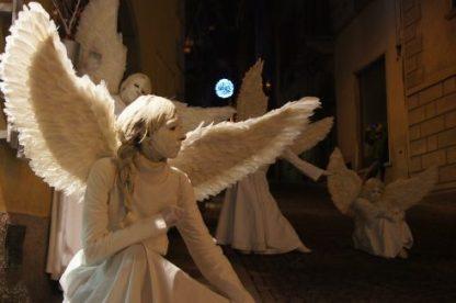 Angeli del Silence Teatro di Lovere in posa in una via di Lovere