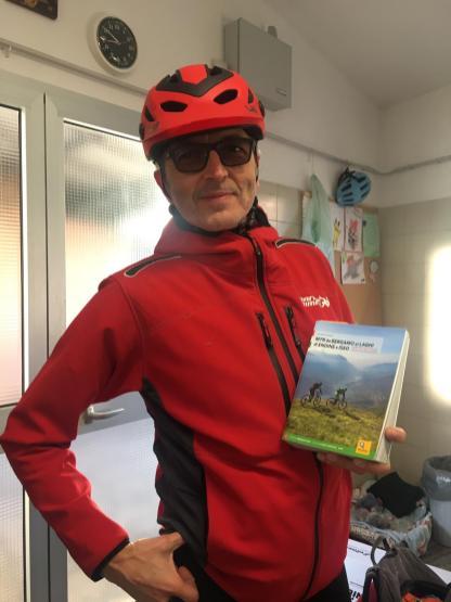 Maurizio Panseri con il libro MTB da Bergamo ai Laghi di Endine e Iseo