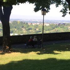 Coppia seduta su una panchina lungo le Mura di Bergamo