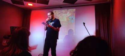 Poeta legge la sua poesia durante Poetry Slam a Bergamo