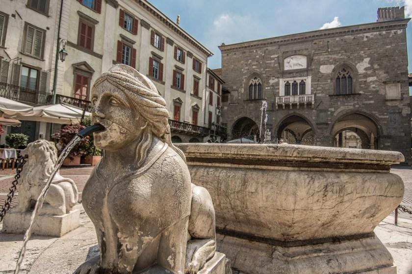 Fontana-Contarini-e-Palazzo-della-Ragione