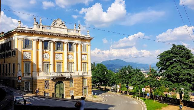 palazzo Medolago Albani, all'incrocio di Via San Giacomo col Viale delle Mura