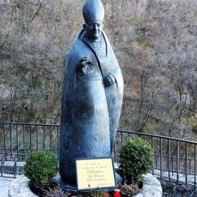 Statua Papa Giovanni XXIII al Santuario della Cornabusa