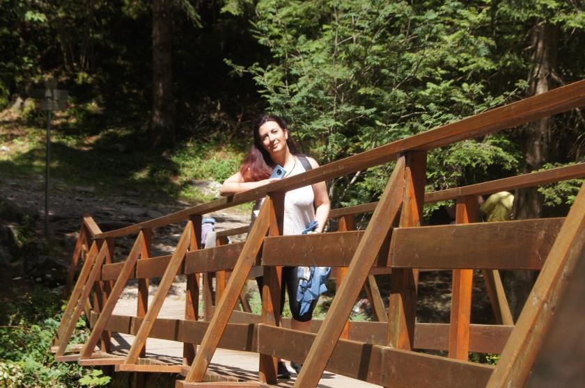 Raffi Garofalo sul ponte che porta al Rifugio Tagliaferri in Val di Scalve