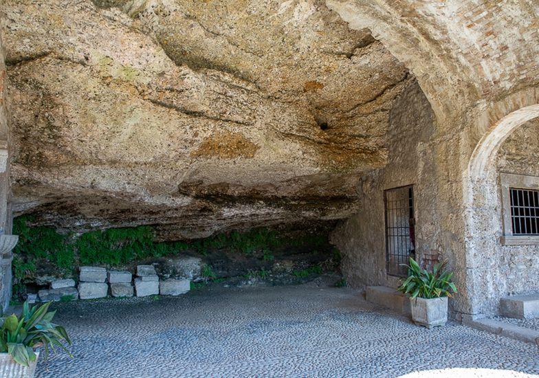 La rientranza nella roccia dove dormì il santo