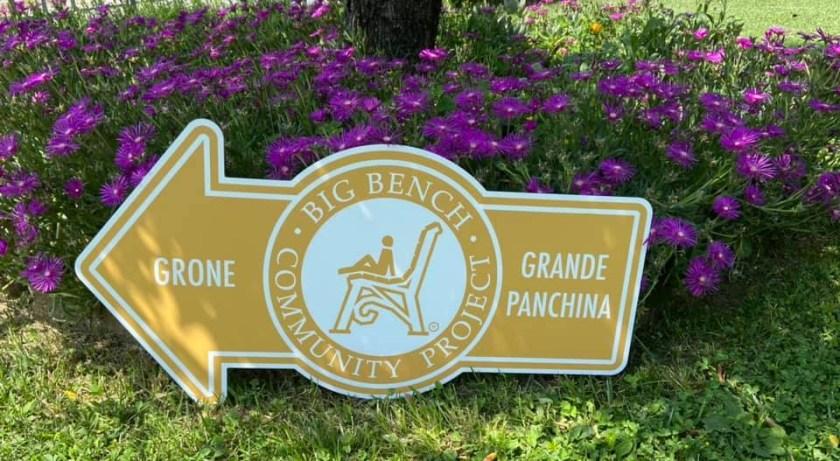 La segnaletica ufficiale della Panchina Gigante BBCP di Grone