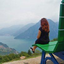Raffi Garofalo sulla panchina gigante di Fonteno (Bg)