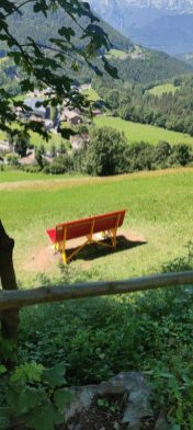 la panchina gigante di Schilpario vista dal sentiero