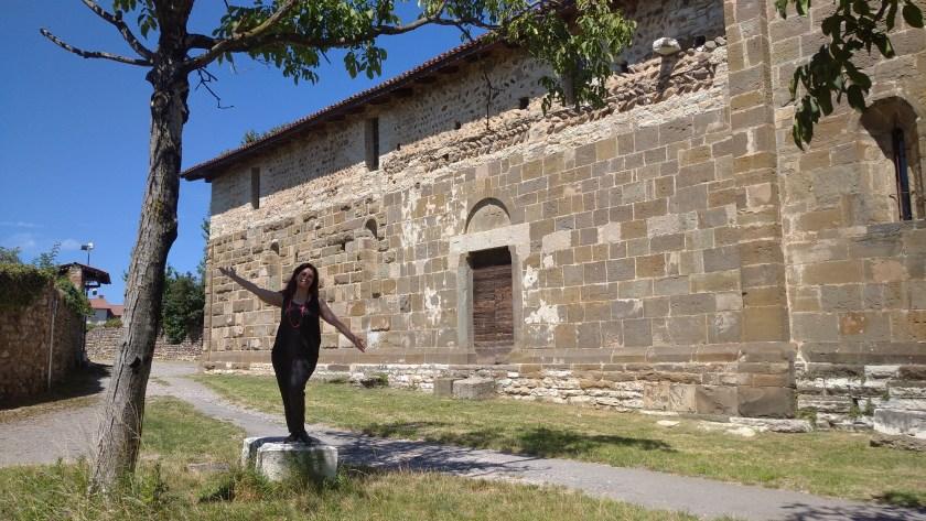 Raffi Garofalo in posa lungo la navata esterna della chiesa di San Giorgio in Lemine