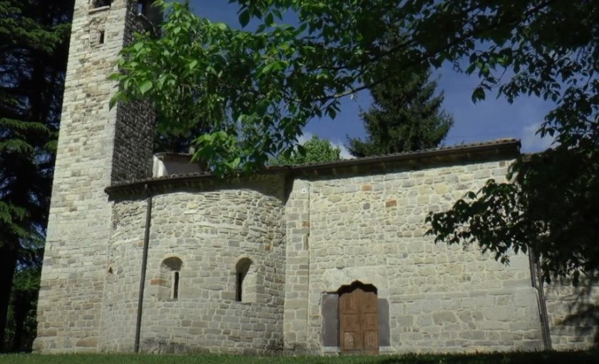 Vista laterale della chiesa e abside del primo nucleo della Chiesa di San Pietro in Vincoli a Spinone (BG)