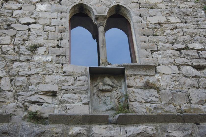 bifore e stemma dei Suardi sulla facciata del Castello di Bianzano