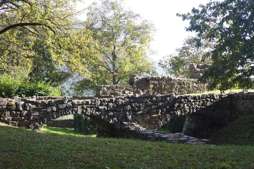 La cinta muraria e il ponte levatoio del Castello di Bianzano