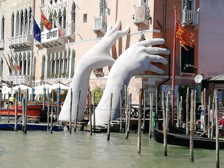 Opera Support di Lorenzo Quinn a Venezia