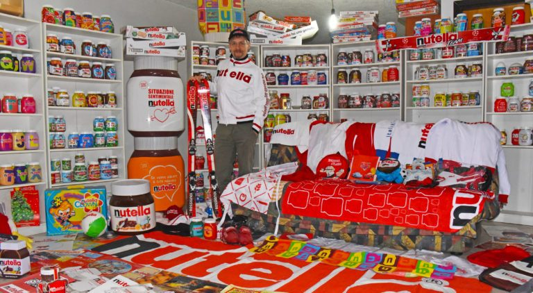 Simone Paganoni e la sua collezione di gadget Nutella