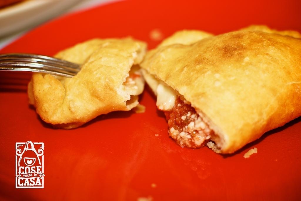 Panzerotti fritti con pomodoro e mozzarella  CoseFatteInCasait