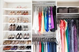 Cum sa iti organizezi hainele intr-un dulap mic?