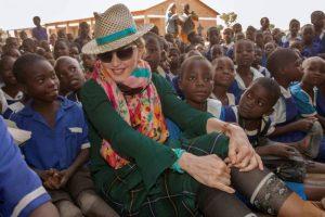 Madonna adoptă fetițe gemene din Malawi