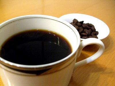 余分に摂取してしまった脂質を吸着して体外に排出してくれる飲み物が「ブラックコーヒー」