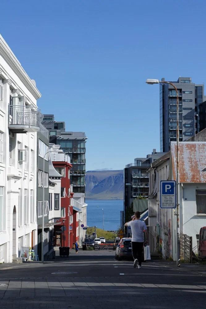Вид между домами главной улицы Рейкьявика. Океан всегда рядом.
