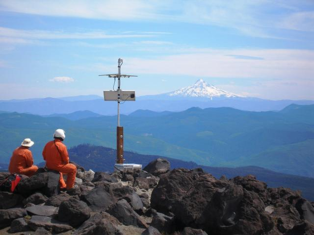 PNSN installation on Mount St. Helens