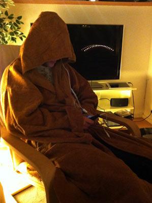 Lillebror som Jedi. Här testar han även sin andra julklapp, ett par hörlurar.