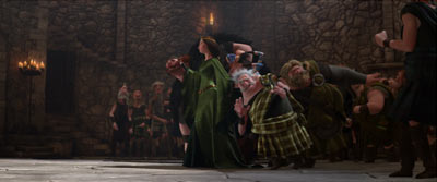 Med starka nypor styr mamma Elinor sin man och resten av de korkade herrarna i filmen.