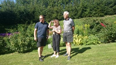 L och föräldrarna inspekterar trädgården.