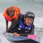 Perro hace surf con un niño cuadriplégico