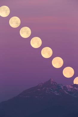 L'ultima Luna piena del 2015 tramonta dietro il Rocciamelone.