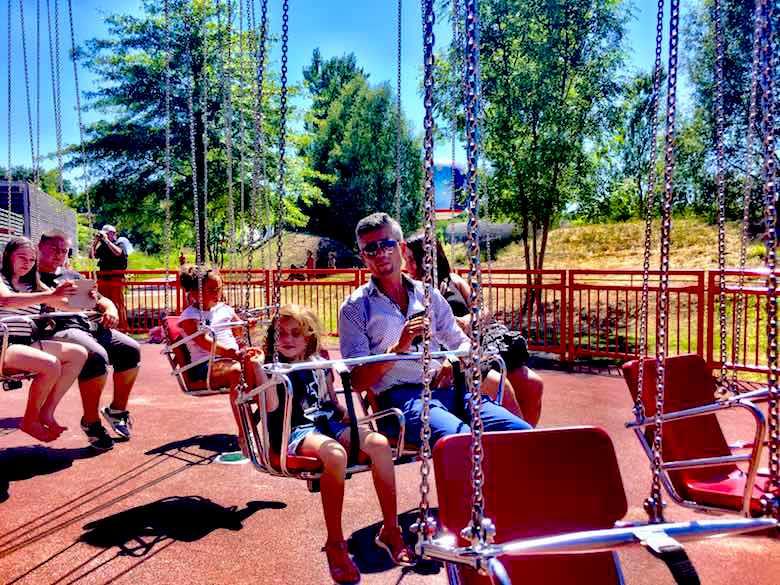 Swings at Parc du Petit Prince, de tussenstop die je niet mag missen tijdens een autovakantie met kinderen naar Italië