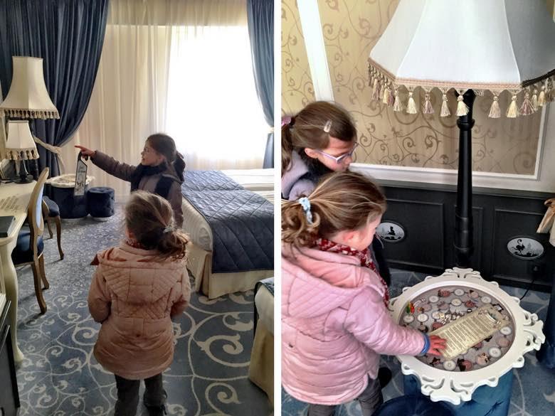 Twee kleine meiden ontdekken de kamer in het Efteling hotel
