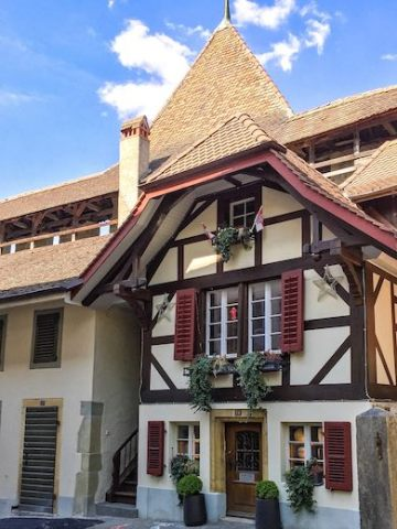 A historic house built against the ramparts caught our eye during our exploration of medieval Murten with kids