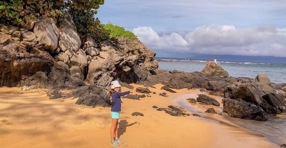Meisje op het prachtige Kapalua strand in Maui, een ideaal eiland om je vakantie op Hawaii te starten
