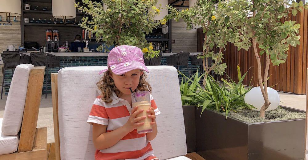 Meisje drinkt cocktail in bar op vakantie in Hawaii