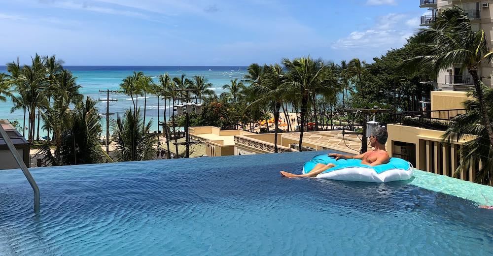 Het rooftop pool van het Alohilani op Waikiki beach, een aanrader voor jouw reis naar Hawaii