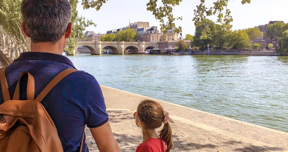 Father and his daughter along the banks of the Seine to show that Paris makes for a great day trip from Brussels