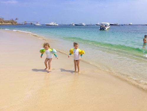Twee meisjes op het strand in Panama