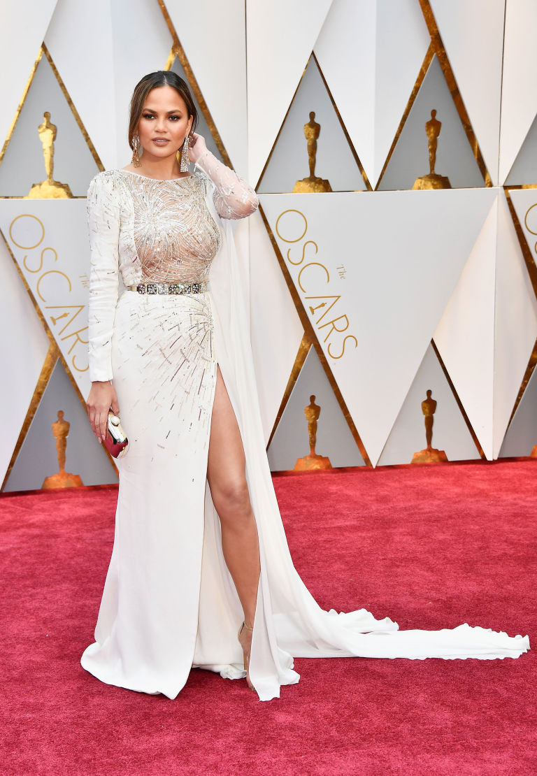 https://i0.wp.com/cosmouk.cdnds.net/17/09/768x1110/gallery-1488155402-oscars-2017-chrissy-teigen.jpg