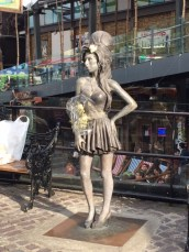 Am Abend trafen wir dann noch eine Berühmtheit - die Statue von Amy Winehouse auf dem Camden Market