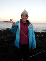 Asco-fix-em! Quick thinking and improvising are key for successful field work: if your tool breaks, patch it together with some seaweed!