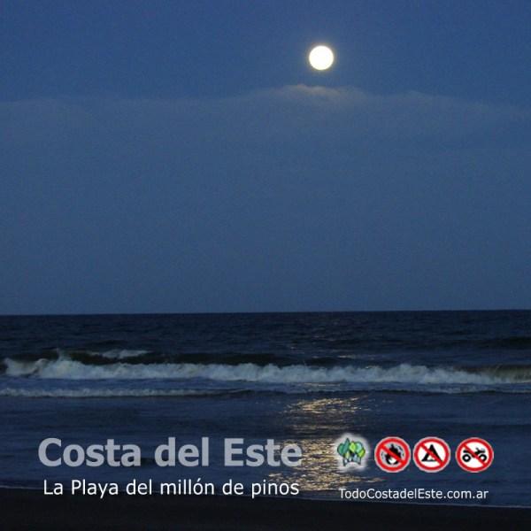 la luna en la playa